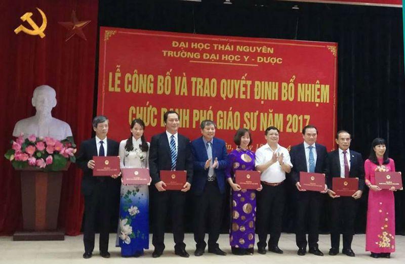 Lãnh đạo Đại học Thái Nguyên trao quyết định bổ nhiệm chức danh PGS cho các tân PGS năm 2017