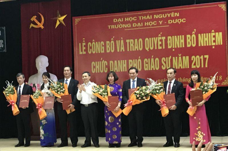 GS.TS Nguyễn Văn Sơn – Bí thư Đảng ủy , Hiệu trưởng Nhà trường tặng hoa chúc mừng các tân PGS